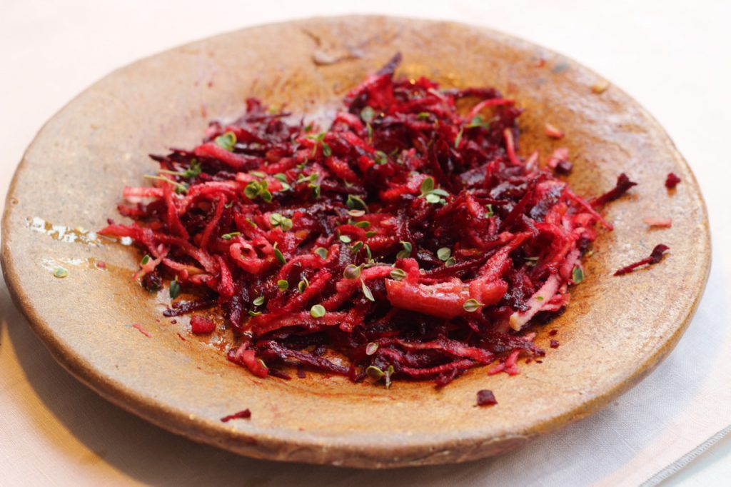 Rote-Bete-Salat auf Kreamikteller