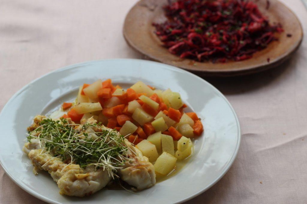 Paleo-Mittagessen: Fischfilet mit Kresse und Gemüse, Rote-Bete-Salat