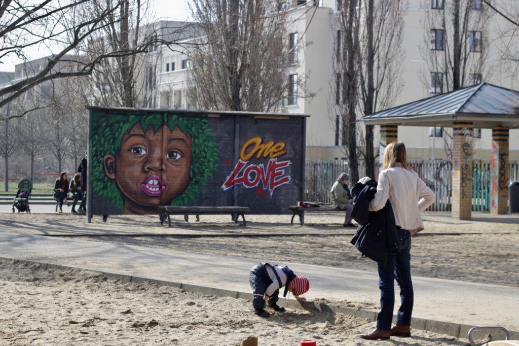 """Mauerpark-Spielplatz mit Plakat """"One Love"""""""