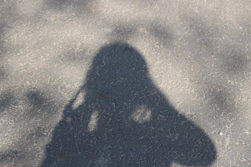 Schatten von fotografierendem Kind