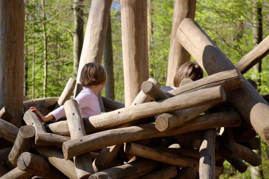 Zwei Kinder in Holznest