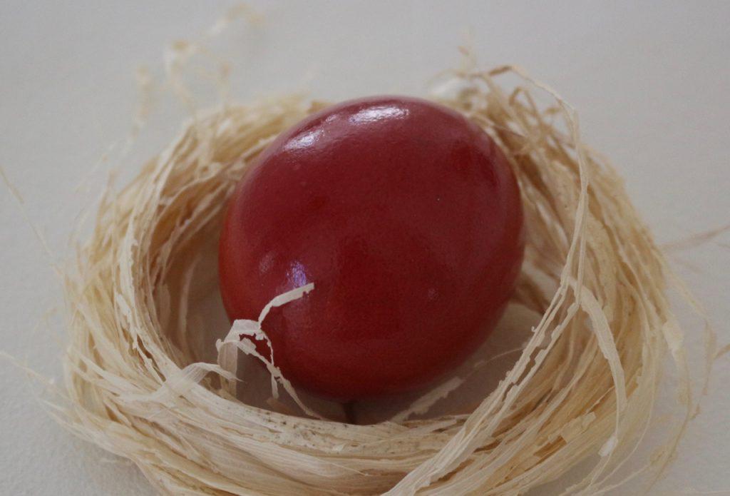 Osterei in Bast-Nest (Oster-Dekoration)
