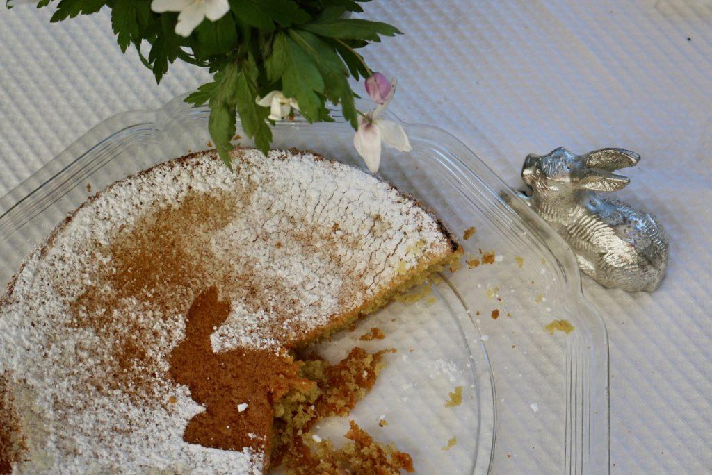 Osterkuchen mit Hasenmotiv in Puderzucker auf weißer Tischdecke