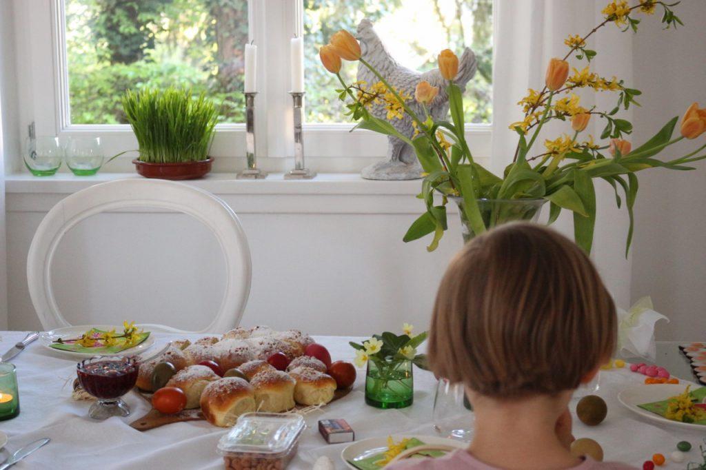 Osterfrühstückstisch mit Tulpen, Brioche und Kind (6)