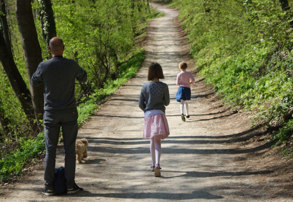 Vater und 2 Kinder auf Waldweg