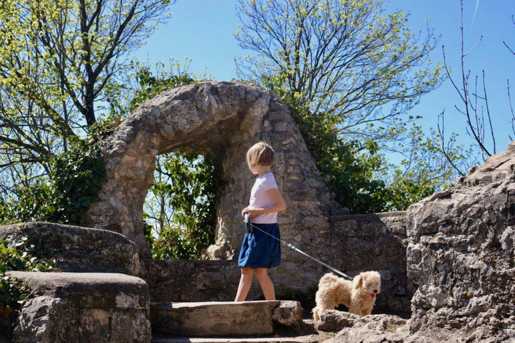 Steinbogen mit Efeu auf der Burg Teck, mit Kind und Hund