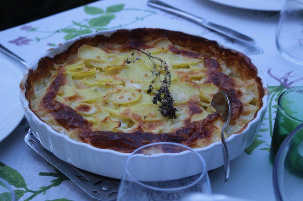 Kartoffelgratin in runder Gratinform, Ostertisch