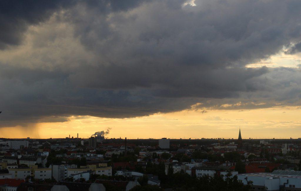 Über Nacht kamen die Wolken: In der Tat. Der Regenwolkenhimmel über dem nordwestlichen Berlin, mit einem Streifen Orangerot.
