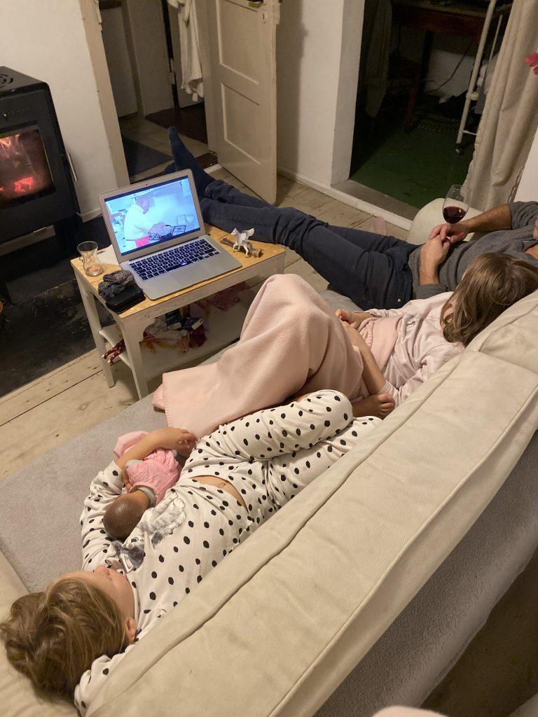 Kinder und Papa schauen Film auf Laptop
