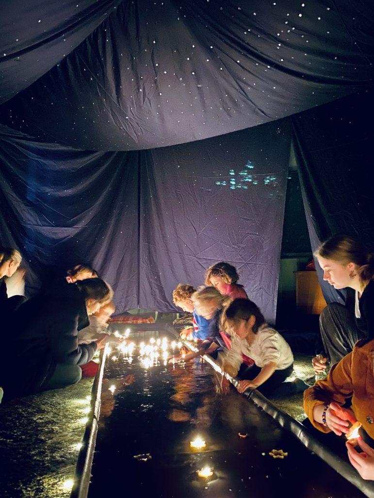 Sternenzelt aus Stoff mit Wanne und schwimmenden Kerzen