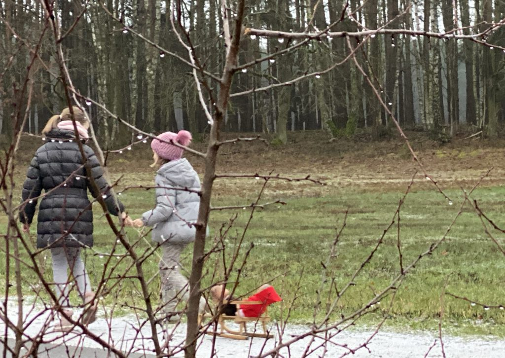 Kinder ziehen Puppenschlitten