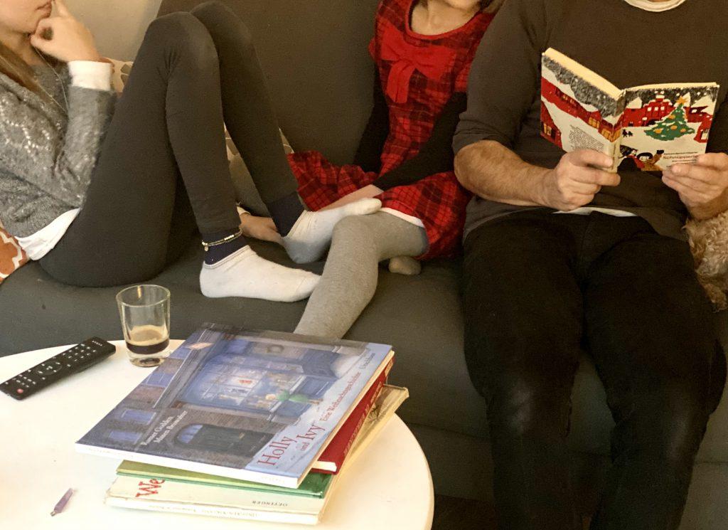 """Auf dem Sofa: Papa liest 2 Kindern aus """"Schnüpperle"""" vor"""