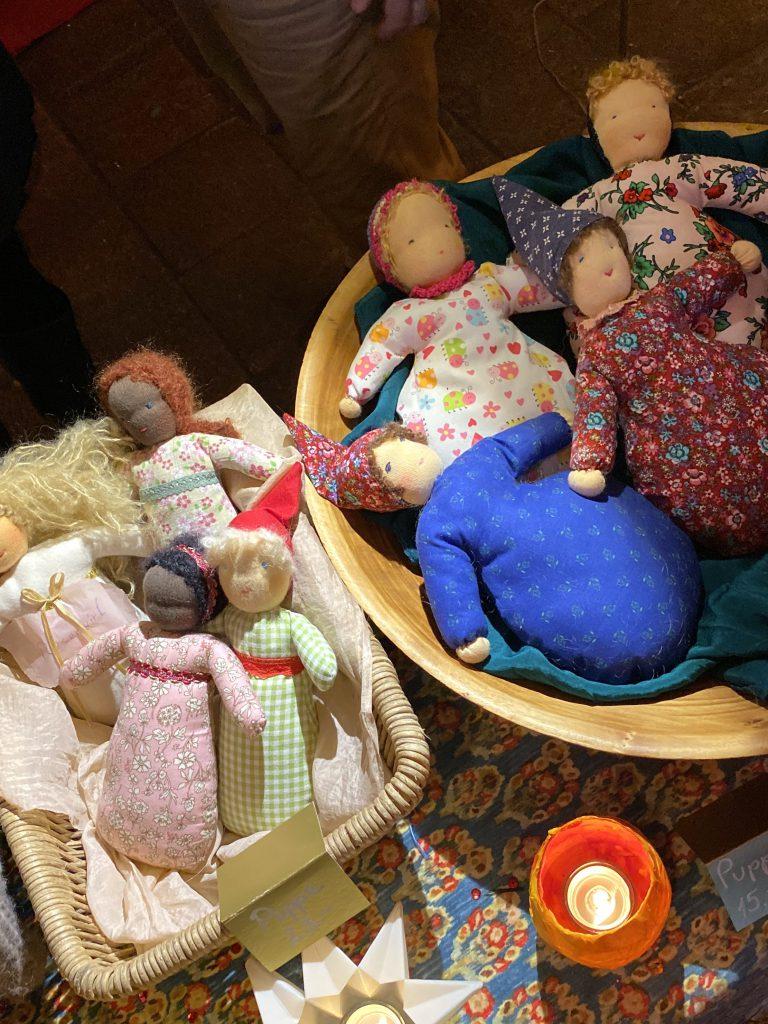 kleine Püppchen an Bazar-Verkaufsstand