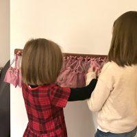 Kinder befühlen Adventskalender: Was ist da wohl drin?