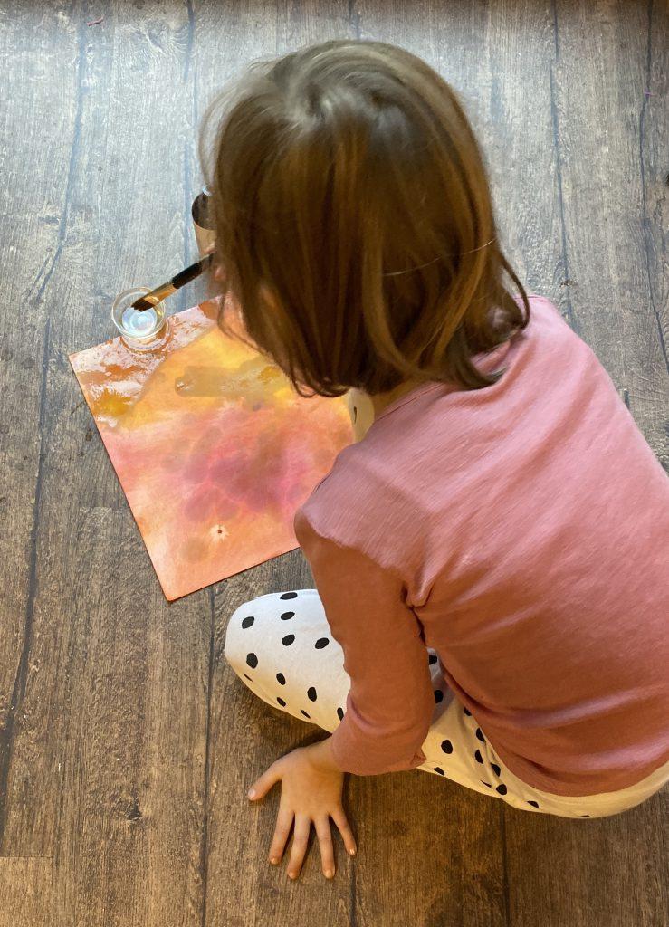 Herstellung Knicklicht/Sternenlicht Waldorf: Kind ölt Papier ein 2