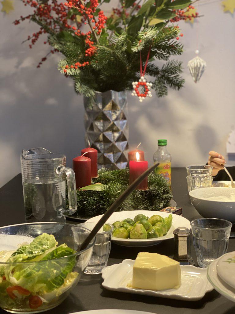 Salatschuessel und Rosenkohl vor Adventsstrauss