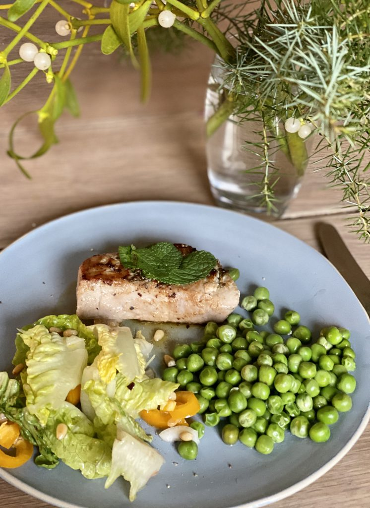 Thunfischsteak mit Minze, Erbsen und grüner Salat