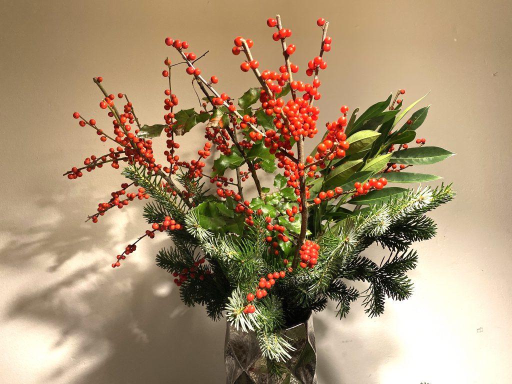 adventlicher Strauß mit roten kleinen Beeren, Lorbeer und Tannengrün