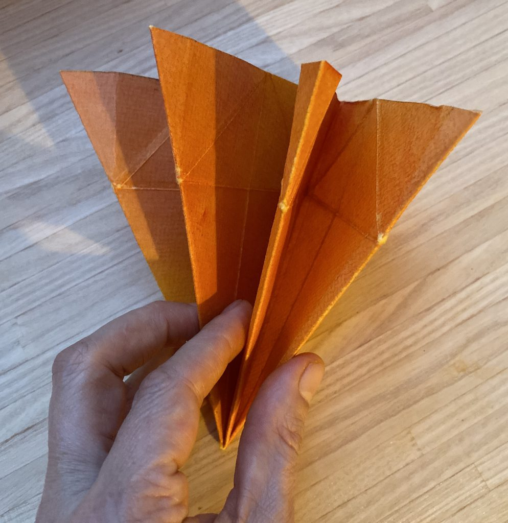 Waldorf Sternenlicht Anleitung: so sieht es aus, wenn man das Papier zu einem Dreieck zusammengefaltet hat