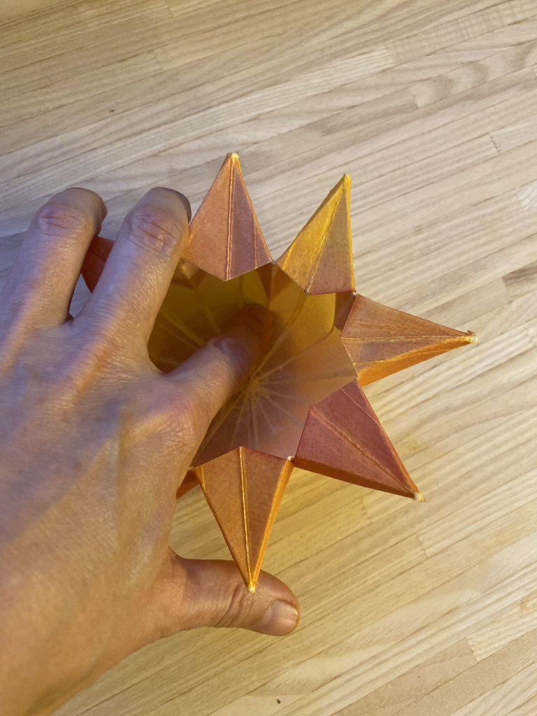 Waldorf Sternenlicht Anleitung: Sternenlicht fast fertig von oben - mit dem Finger innen eine Standfläche schaffen
