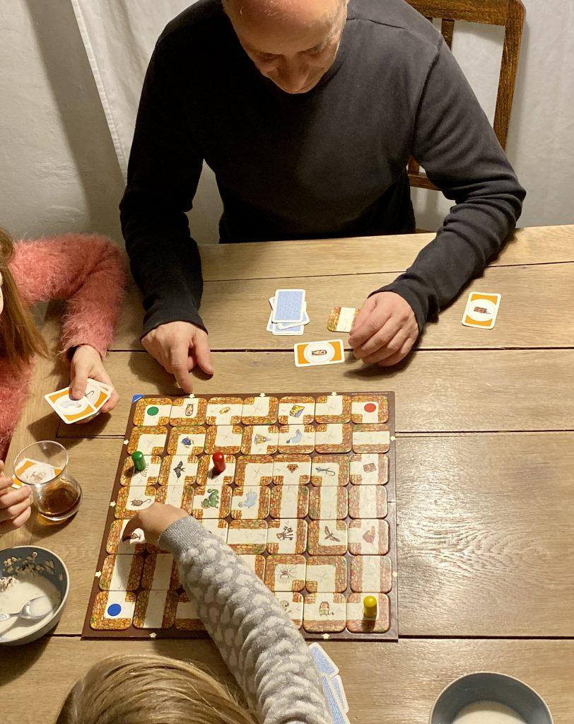 """""""Das verrückte Labyrinth"""" spielen: Vater mit 2 Kindern"""