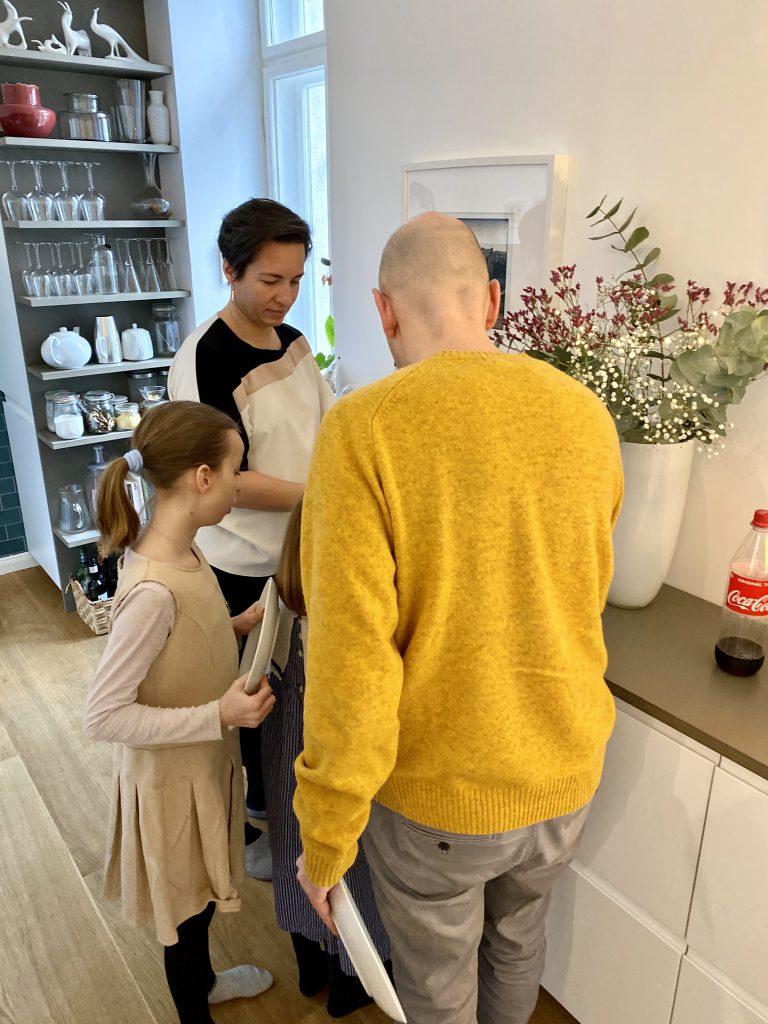 Kind und zwei Erwachsene in moderner Küche