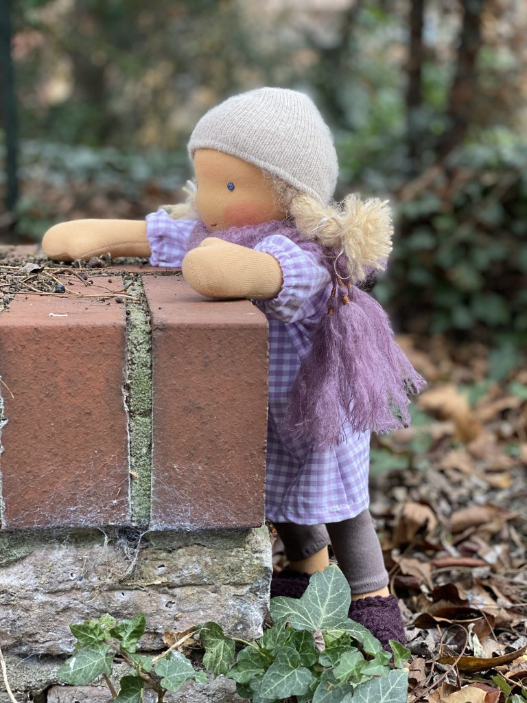 feinslieb Waldorfpuppe Livia, stehend von der Seite an kleiner Maier