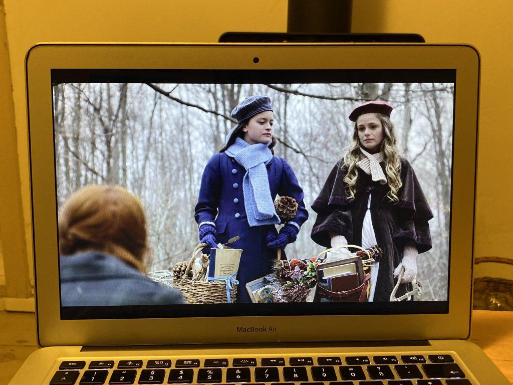 """Computerbildschirm mit Ausschnitt aus """"Anne with an E"""" (Diana und Ruby)"""