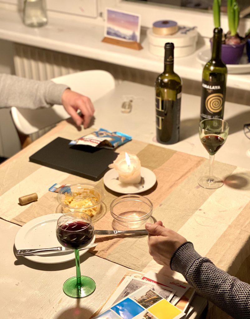 Tisch mit Weingläsern und Kerze
