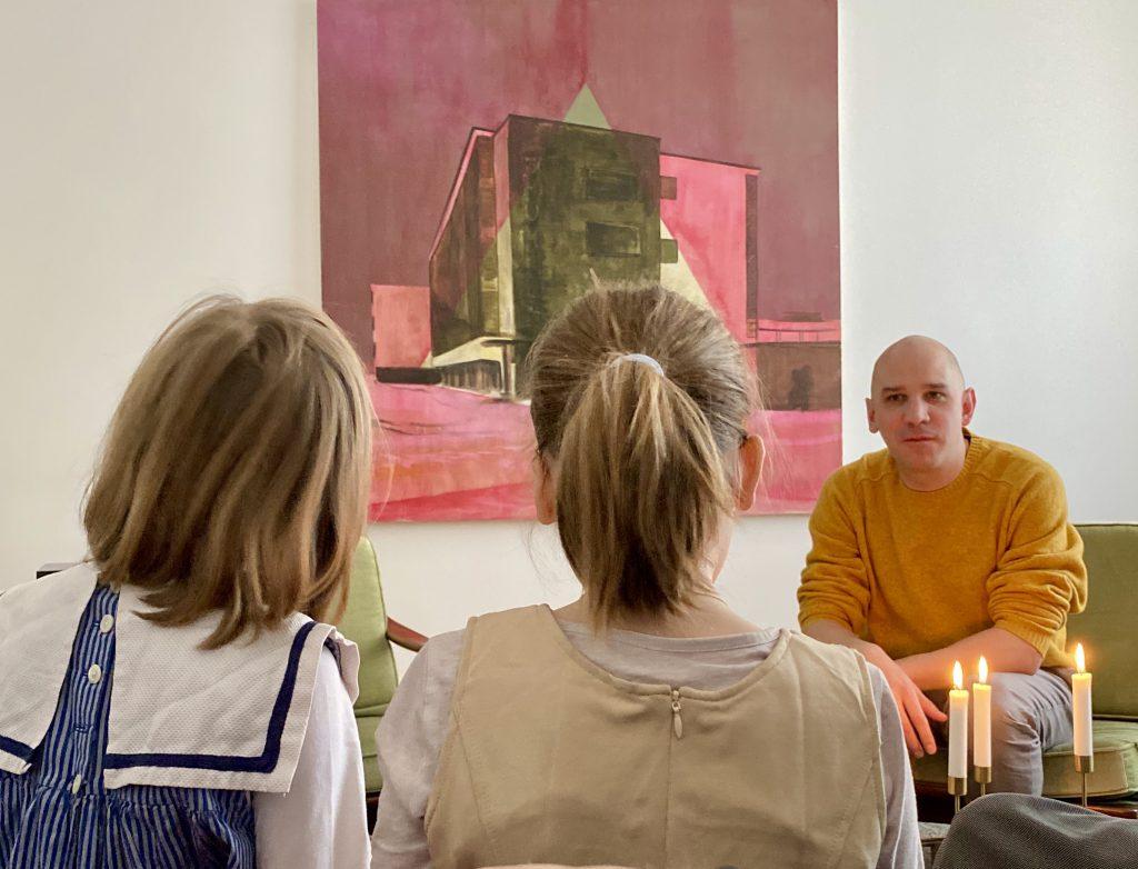 2 Kinder und Mann vor modernem Bild in Wohnzimmer