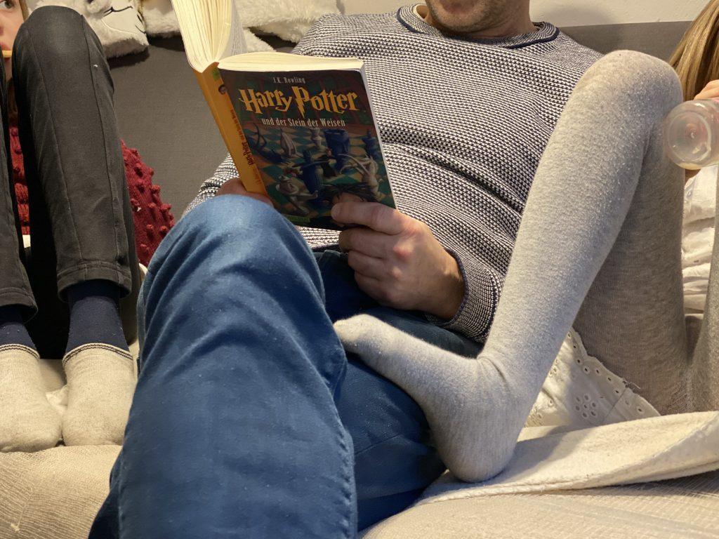 "Papa liest Kindern auf dem Sofa ""Harry Potter"" vor"