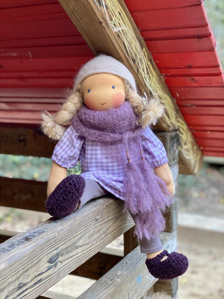 feinslieb Waldorfpuppe Livia, sitzend in Spielhäuschen aus Holz