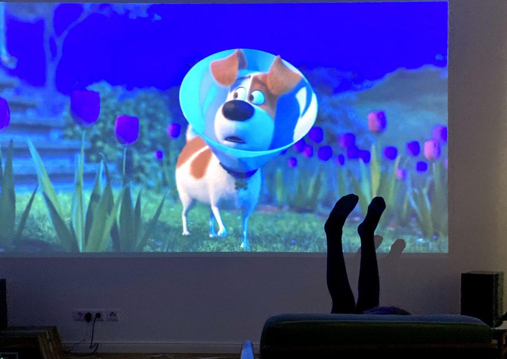 """Beine von Kind ragen in Projektion von Film """"Pest 2"""""""