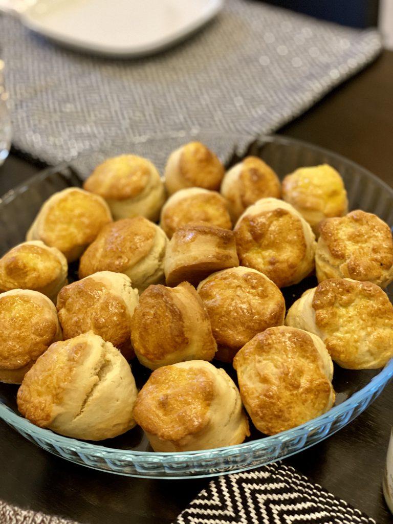 Schale mit frisch gebackenen Scones