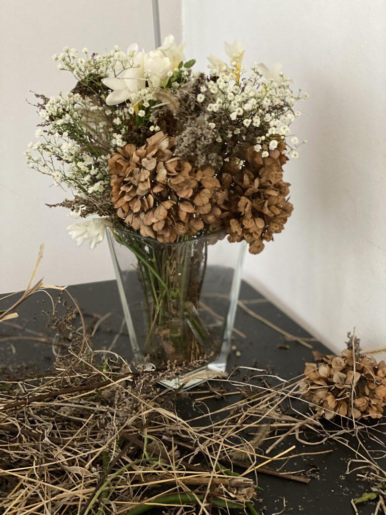 Blumenstrauß aus Trockenblumen/Gräsern und weißen Blüten (Fresien)