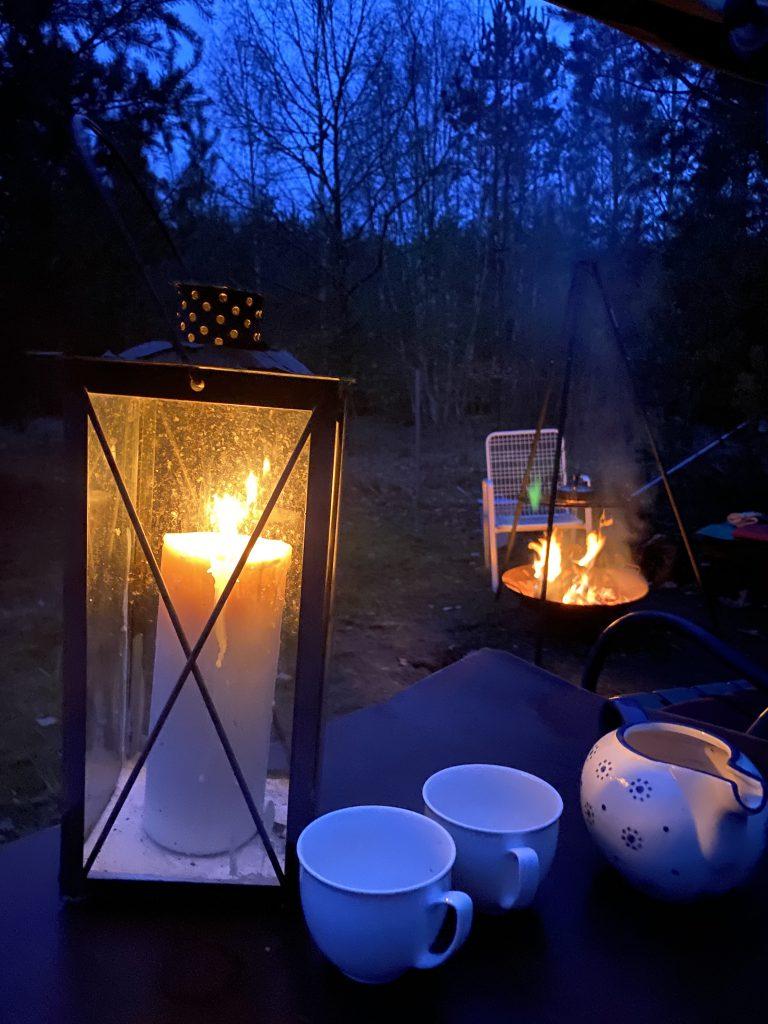 Laterne und Feuer bei Abenddämmerung