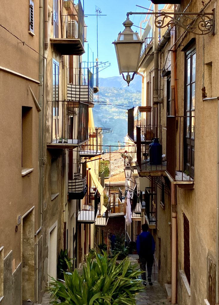 schmale Gasse in Castelbuono mit Balkonen