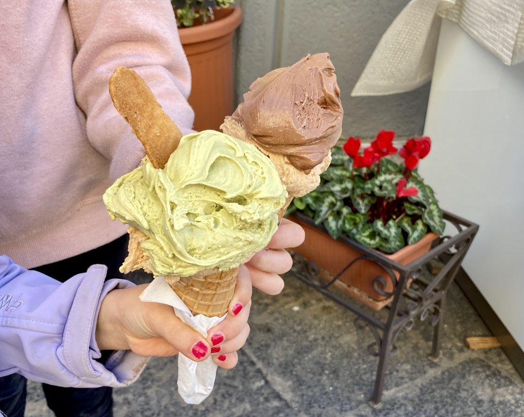 2 Kinderhände mit Eiswaffeln - so ist der Winter in Sizilien!