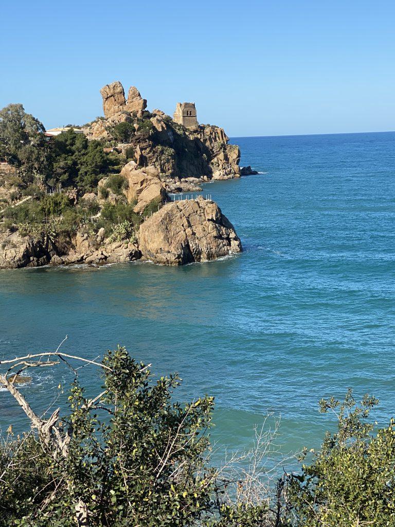 Küste mit Felsen und altem Wehrturm