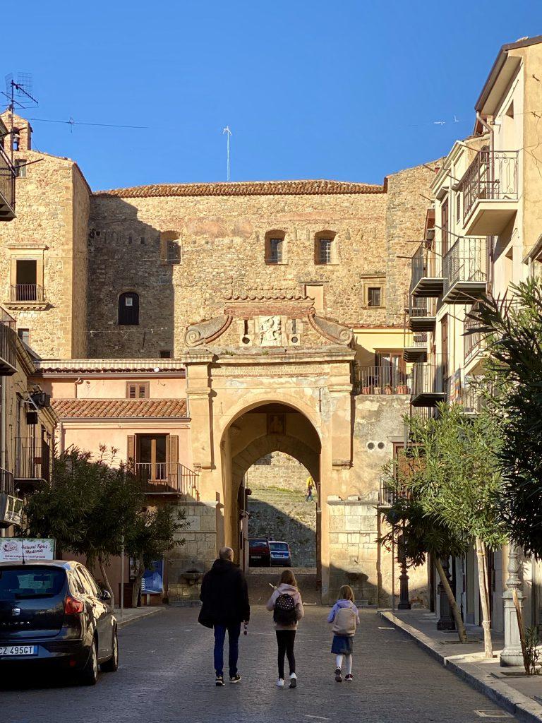 Straße mit mittelalterlichem Tor in Cstelbuono