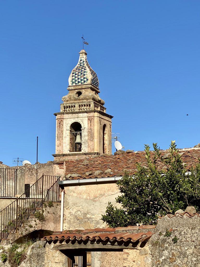 alte Kirche vor blauem Himmel