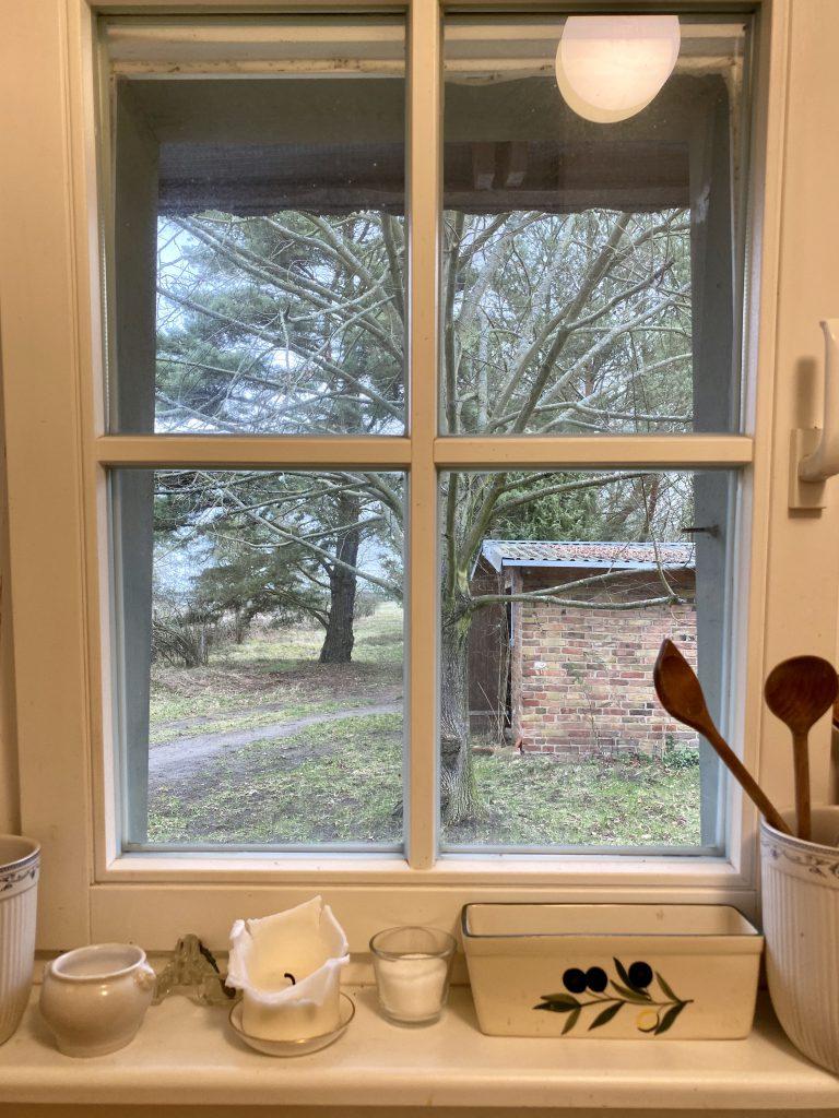 Blick aus dem Küchenfenster auf einen Schuppen aus Backstein