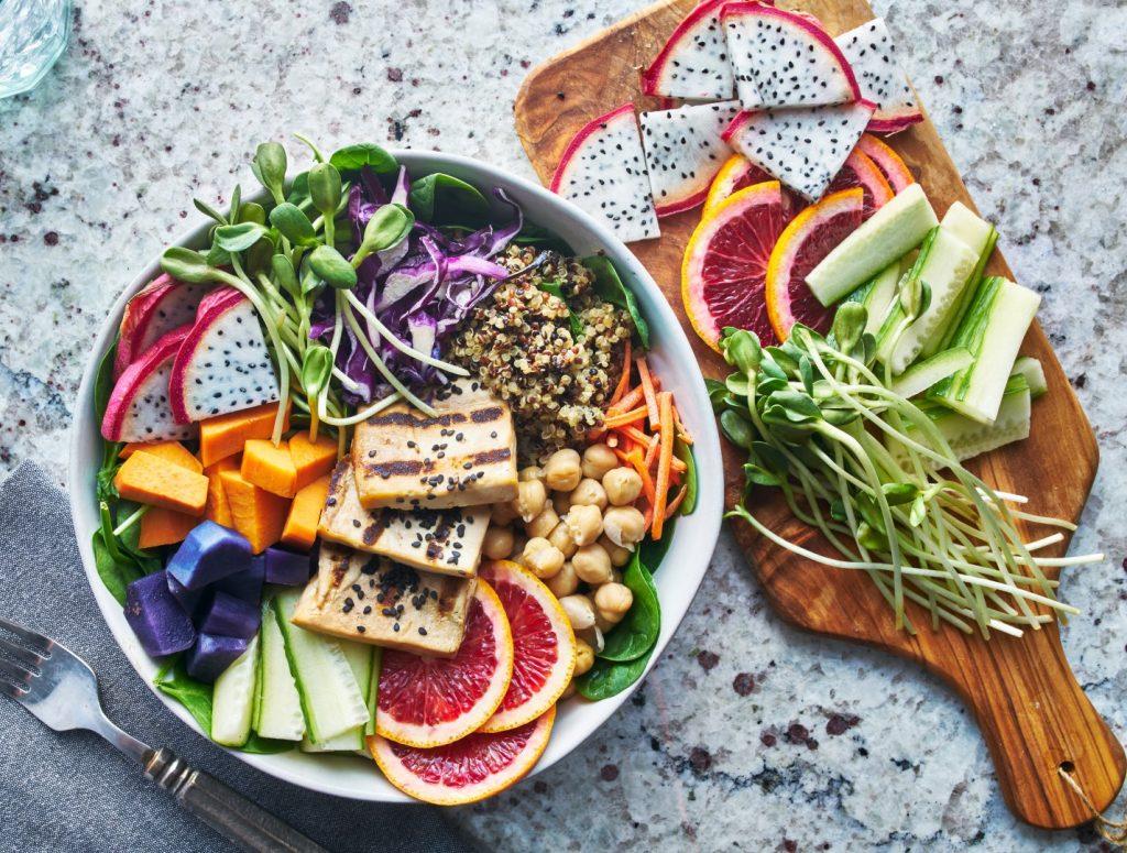 """Eine vegane """"Salad Bowl"""" mit vielen verschiedenen Gemüsen und Früchten, Kichererbsen und Sprossen - nur eine von vielen Fasten-Ideen"""