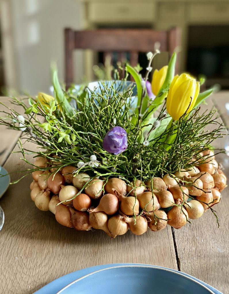 Dekoration mit Steckzwiebeln: dicker Kranz mit Blaubeerkraut und Tulpen