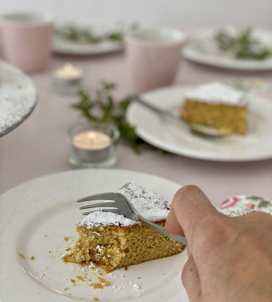 Gabel sticht in schon nicht mehr ganz vollständiges Stück Kuchen ein