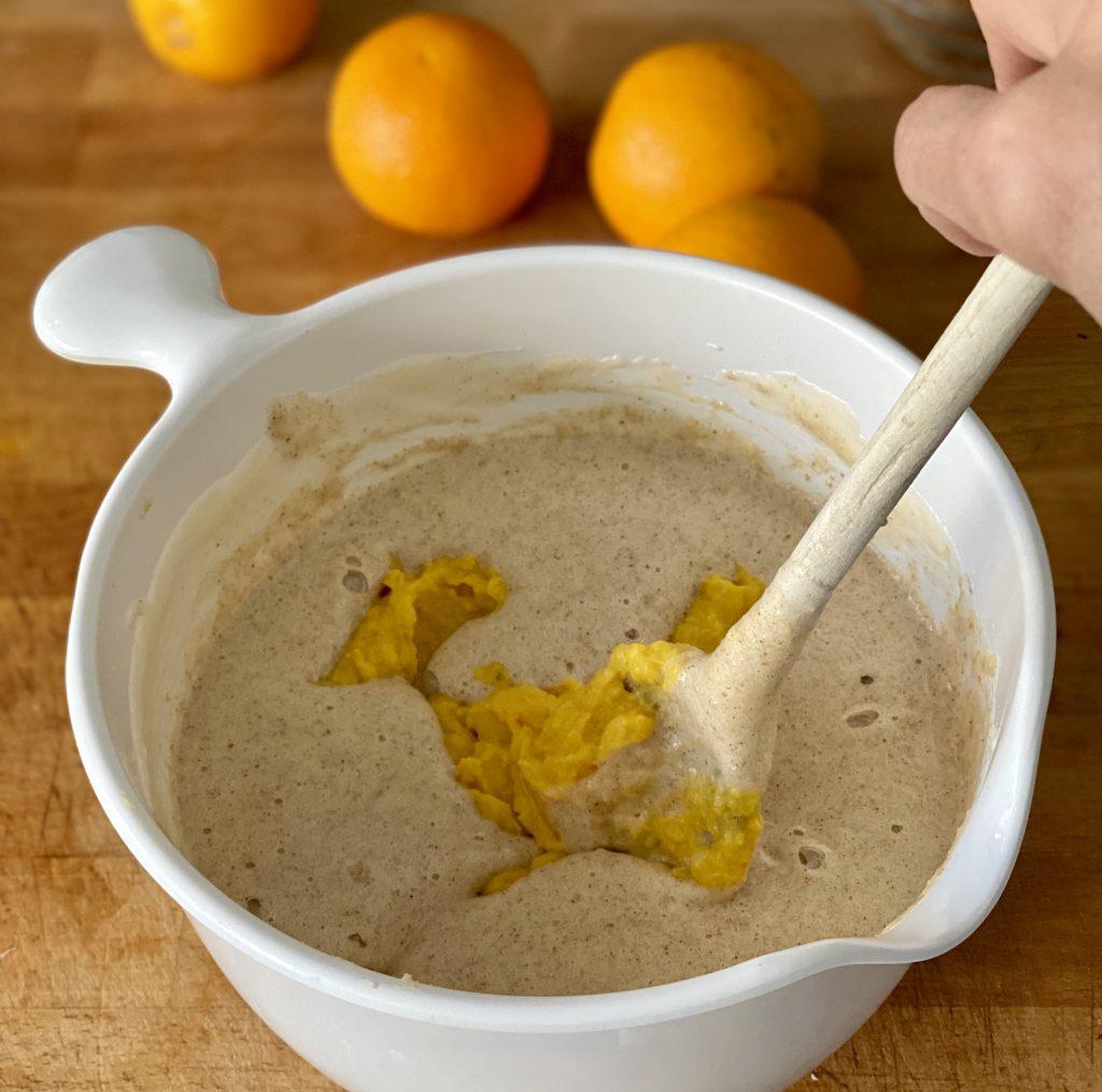 Das Orangenpüree wir untergemischt, damit der Orangen-Mandel-Kuchen auch schön orangig schmeckt.