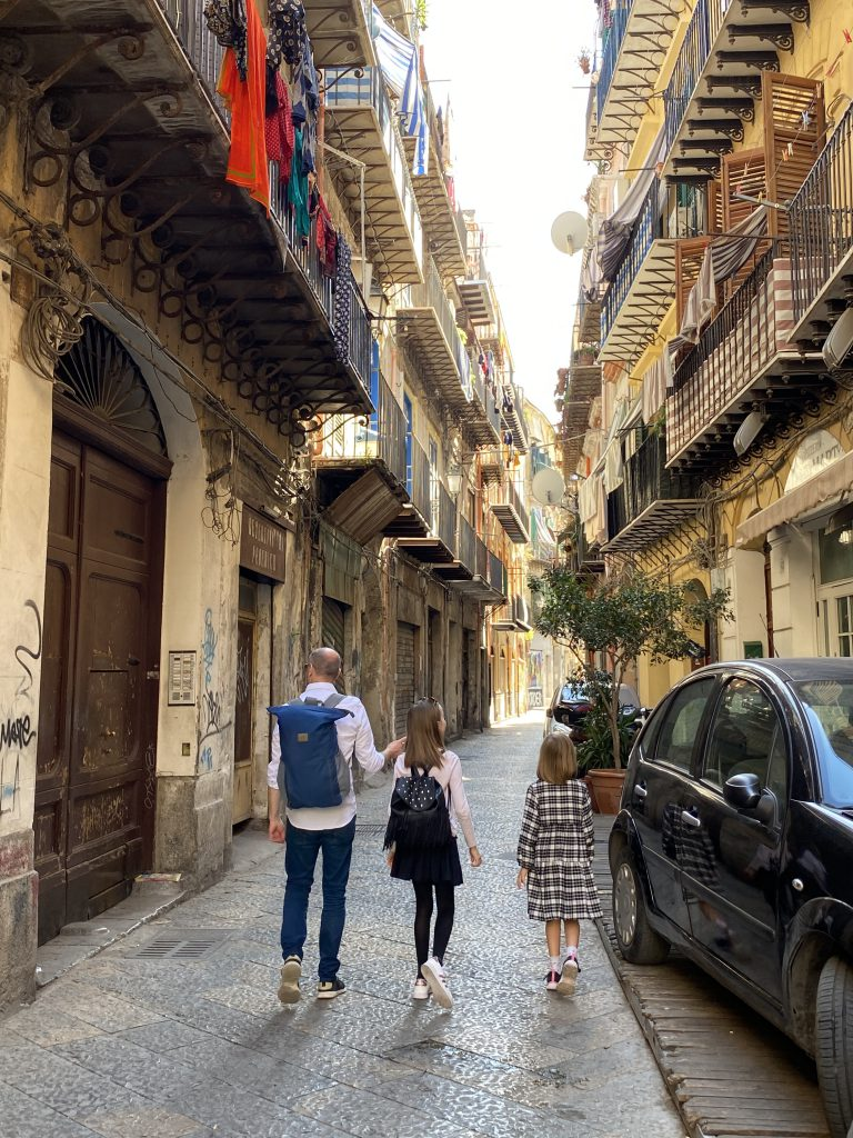 Der perfekte Geburtstag in Palermo: Durch die Kalsa schlendern. Hier mein Mann und die Kinder in einer Kalsa-Gasse