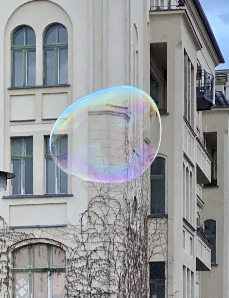 altes Haus mit Riesen-Seifenblase davor