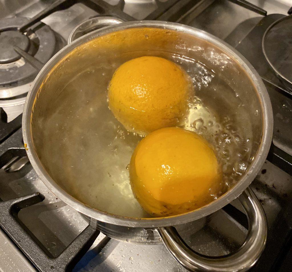 Für den Orangen-Mandel-Kuchen werden in einem Topf erstmal 2 Orangen für eine Stunde gekocht.