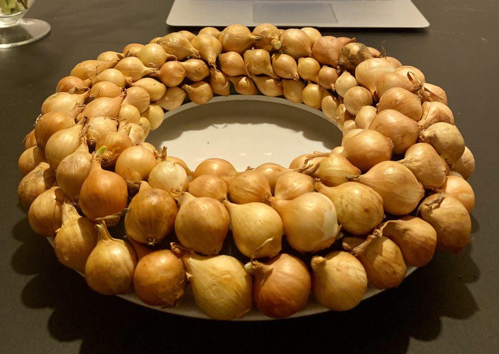 Steckschaum-Kranz mit gelben Steckzwiebeln besteckt